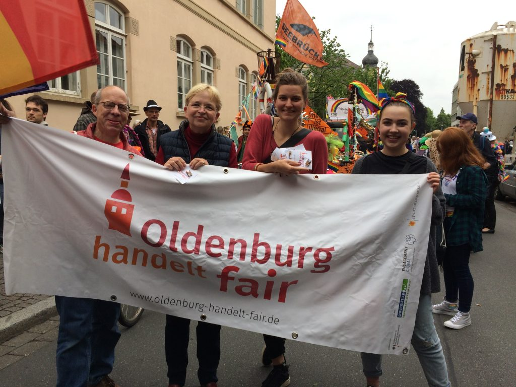 """Menschen, die das Banner von """"Oldenburg handelt fair"""" hochalten"""