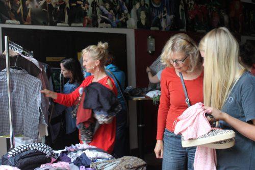 Menschen beim Kleidertausch