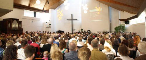 Menschen beim Gottesdienst. Foto: © Kreuzkirche