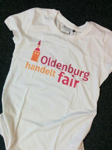 """T-Shirt mit dem Logo von """"Oldenburg handelt fair"""". Foto: © J. Mumme"""