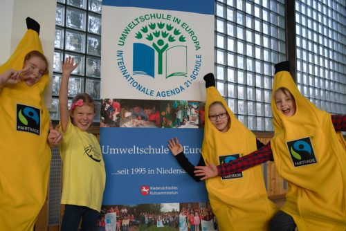 """Kinder als Bananen verkleidet vor Schild """"Umweltschule in Europa"""""""