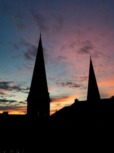 Türme der Lambertikirche bei Sonnenaufgang. Foto: © J. Mumme