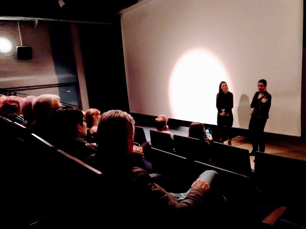 Menschen in Kinosaal