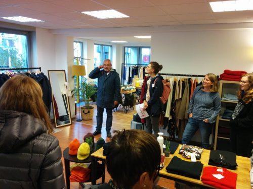 Menschen in einem Fair-Fashion-Shop