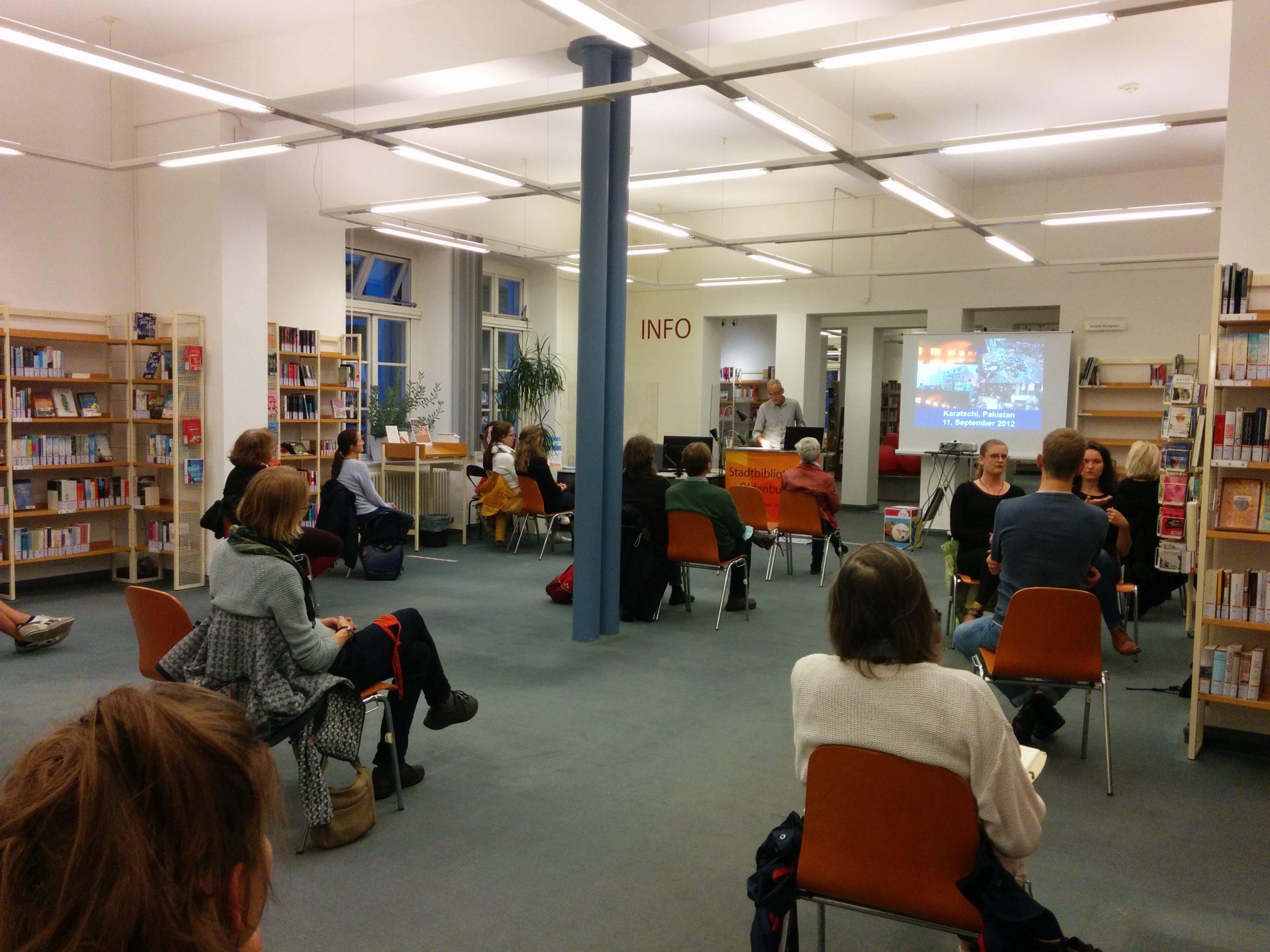 Publikum bei Vortrag von hinten
