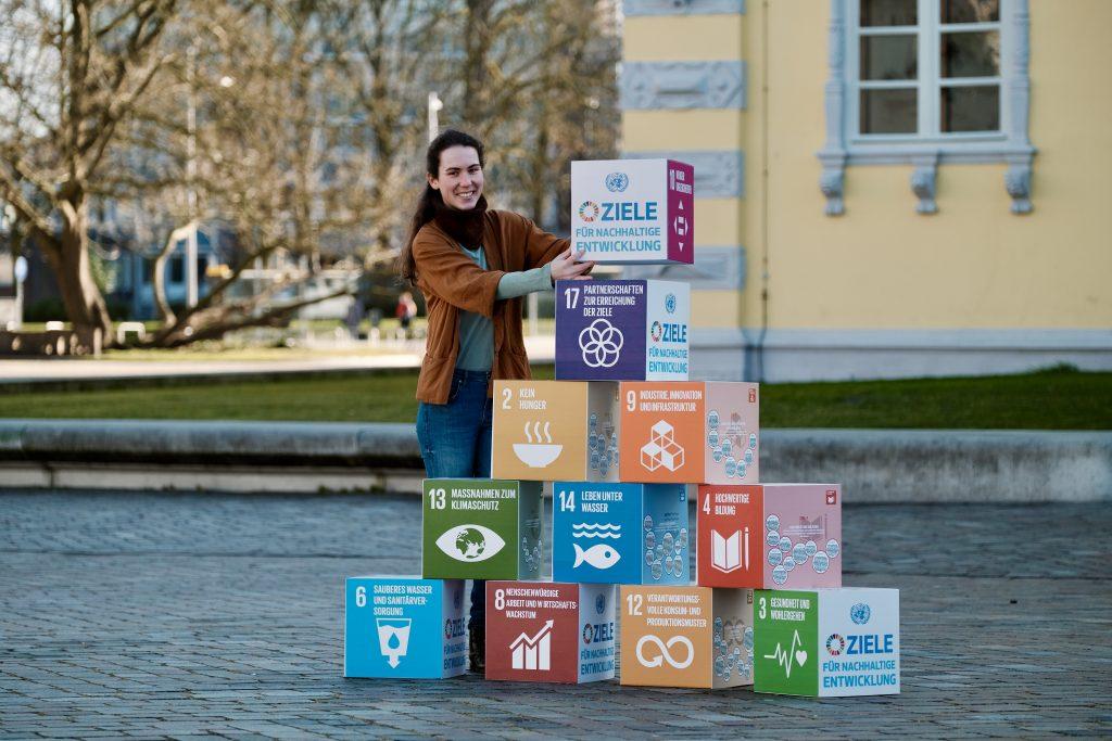Mädchen mit SDG Ziele Würfel. Foto: © J. Bädeker
