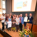 Die Fair Trade-Steuerungsgruppe, Fairtrade-Botschafter Manfred Holz, OB Krogmann und Moderator Kai Bölle bei der Auszeichnungsfeier; Foto: © Torsten von Reeken