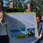 Die anfängliche Steuerungsgruppe mit einem Fairtrade-Towns-Banner; Foto: © B. Pester