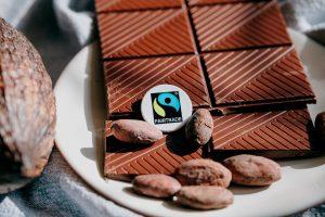 Kakaobohnen und eine Tafel Schokolade