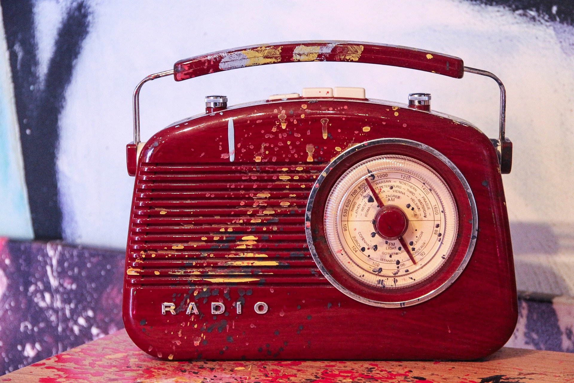 Auf dem Foto ist ein rotes Kofferradio zu sehen. Foto: © pixabay