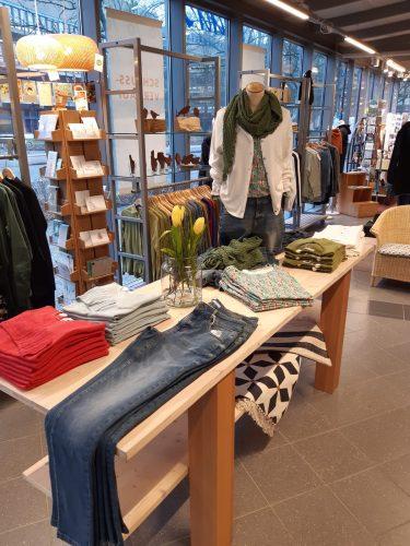 Faire Kleidungsstücke in dem Kleidungsgeschäft Maas Natur. Foto: © Maas natur