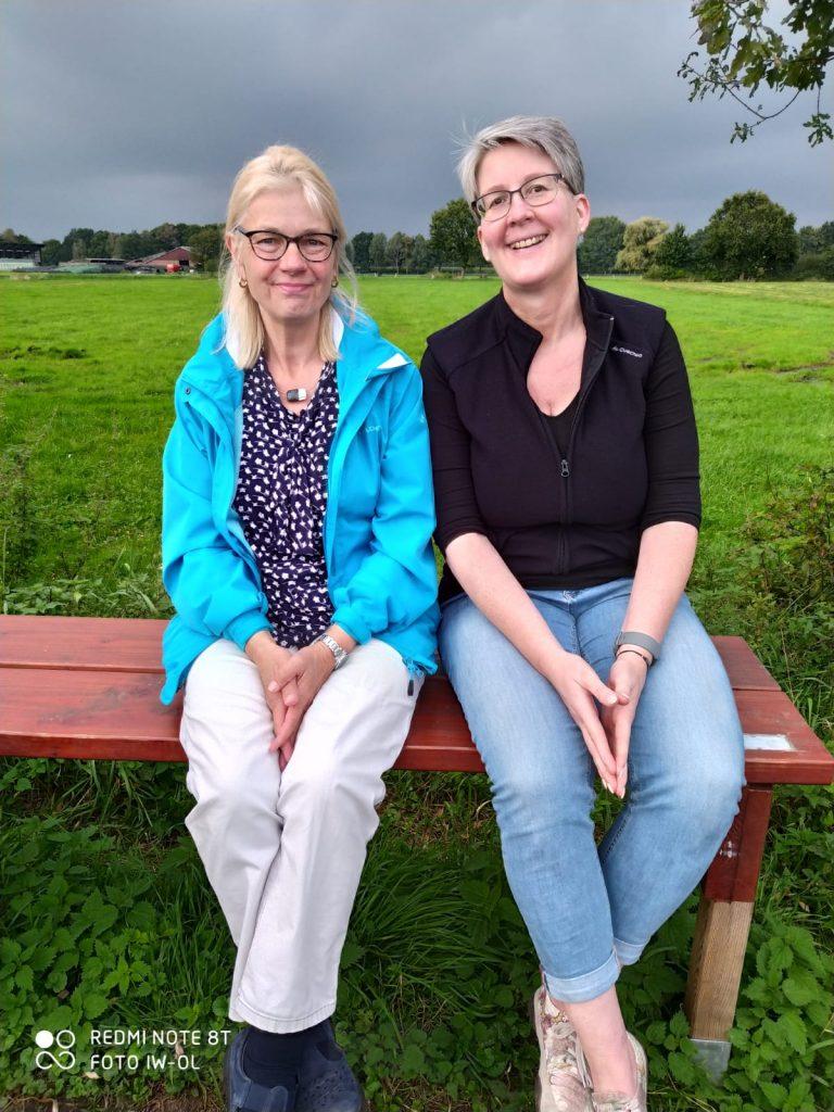 Die zwei Organisatorinnen der Radtour auf der Beine-Baumel-Bank.