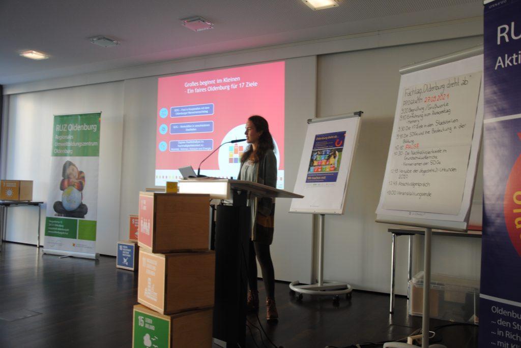Franziska Beck ist vor einer Präsentation über das SDG-Projekt zu sehen.