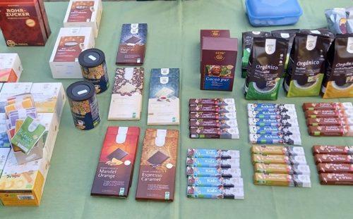 Faire Produkte auf einem Tisch sind zu sehen.